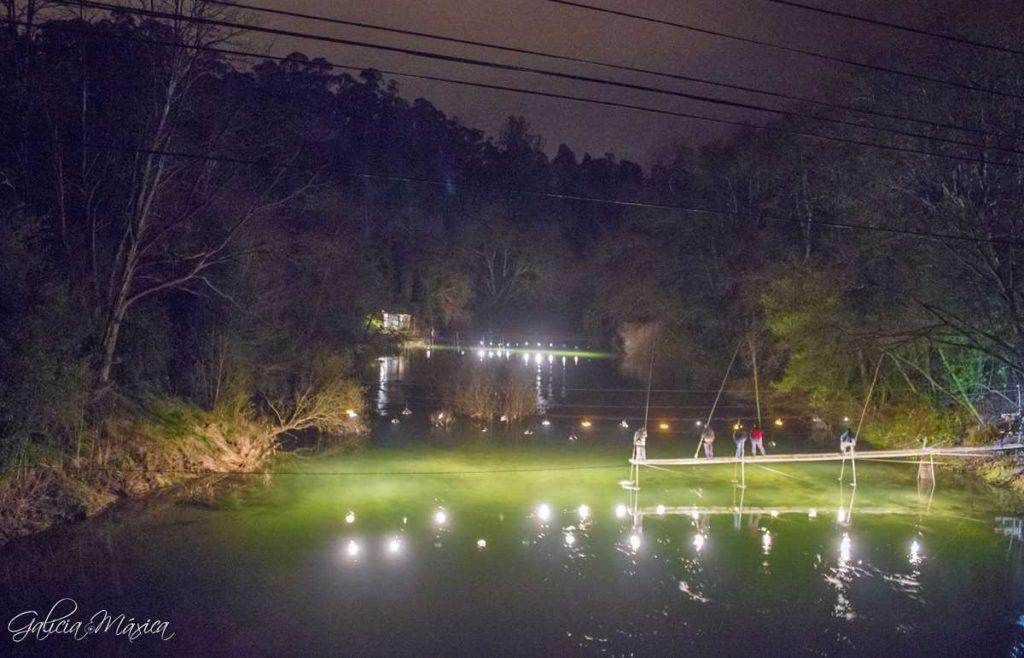 Estacadas en el río Tea de noche