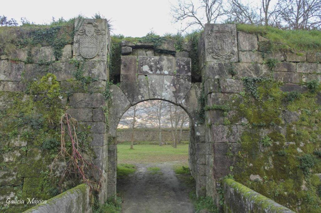 Puerta y escudos