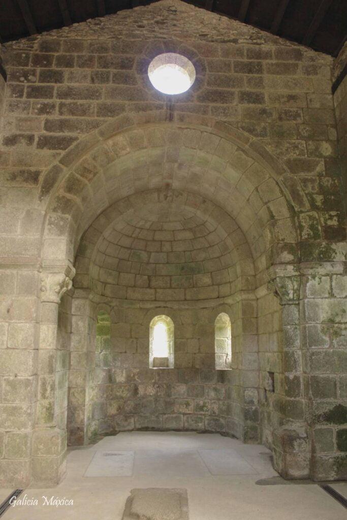 Interior de la iglesia de Caaveiro