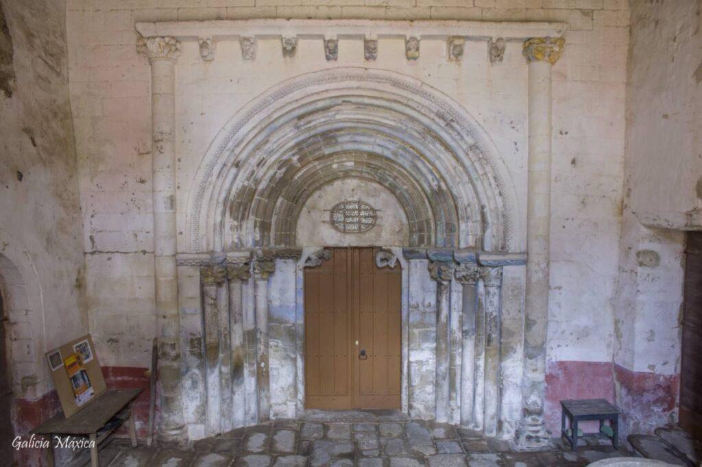 Portada románica de la iglesia del monasterio de Sobrado de Trives