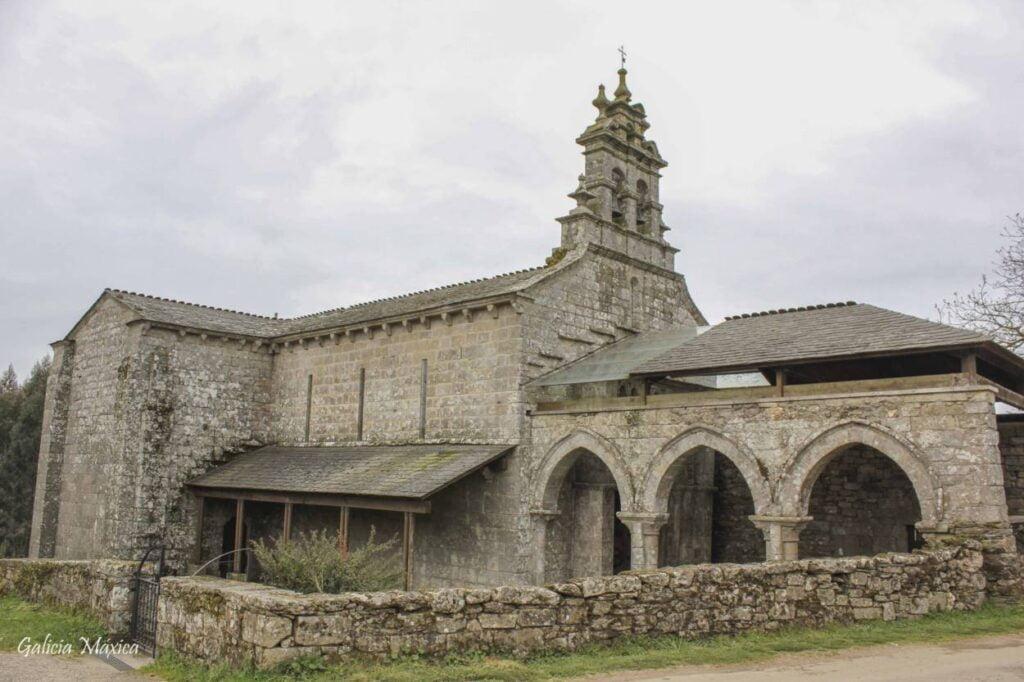Iglesia y pórtico