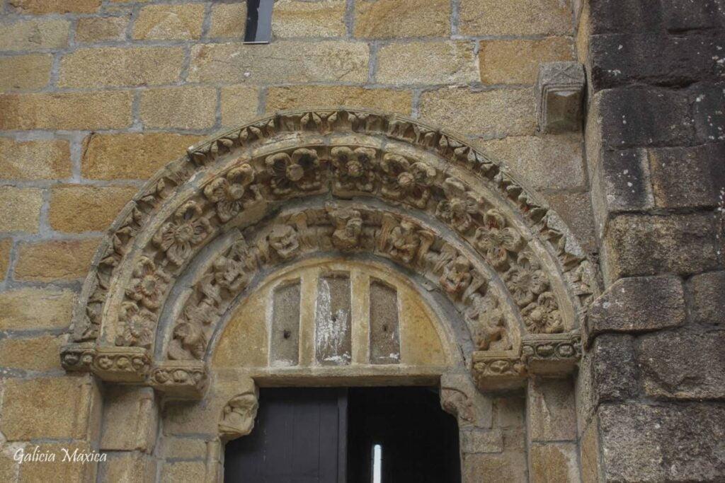 Portada románica de la escuela del Mestre Mateo