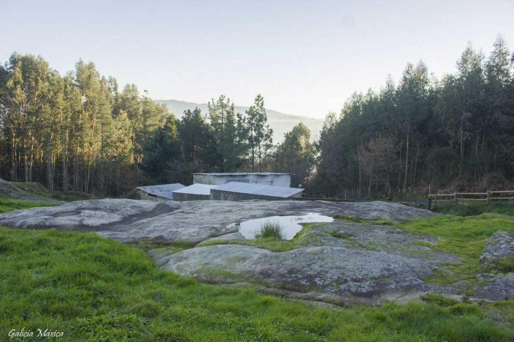 Vista de la roca con petroglifos
