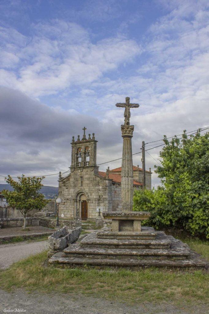 Iglesia y cruceiro de Santiago de Taboada