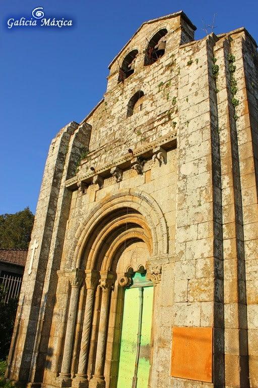 Fachada y portada de la iglesia de Astureses
