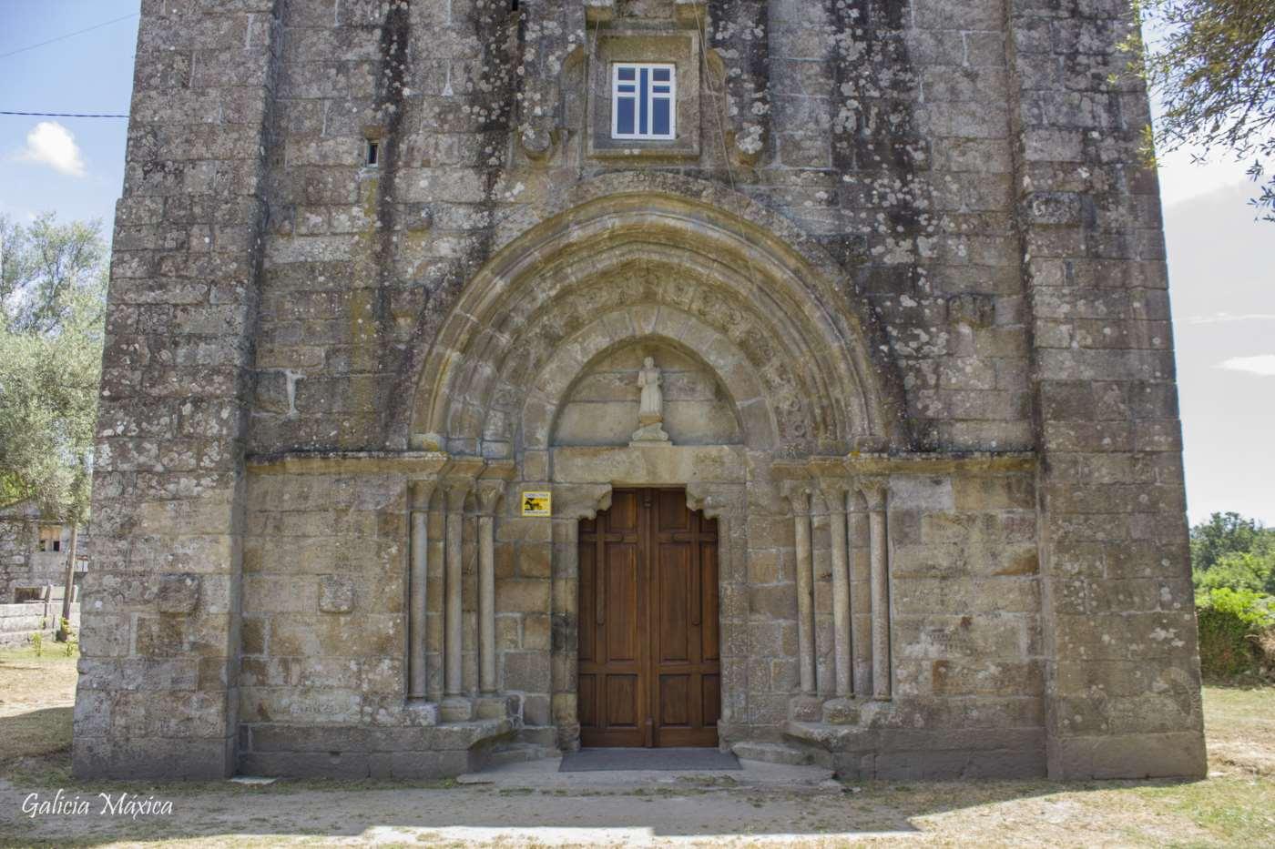 Portada de la iglesia de Padróns