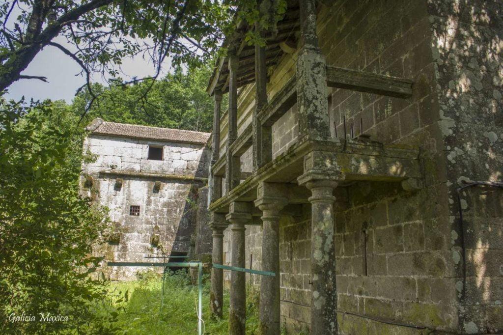 Pórtico y balcón