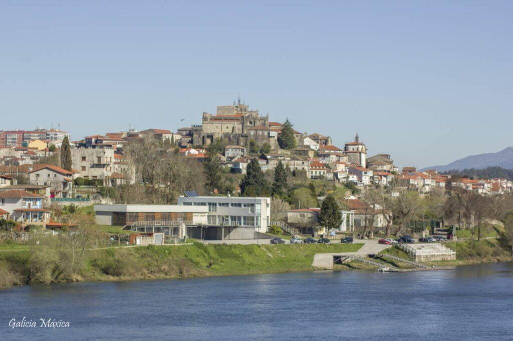Tui vista desde el puente del río Miño