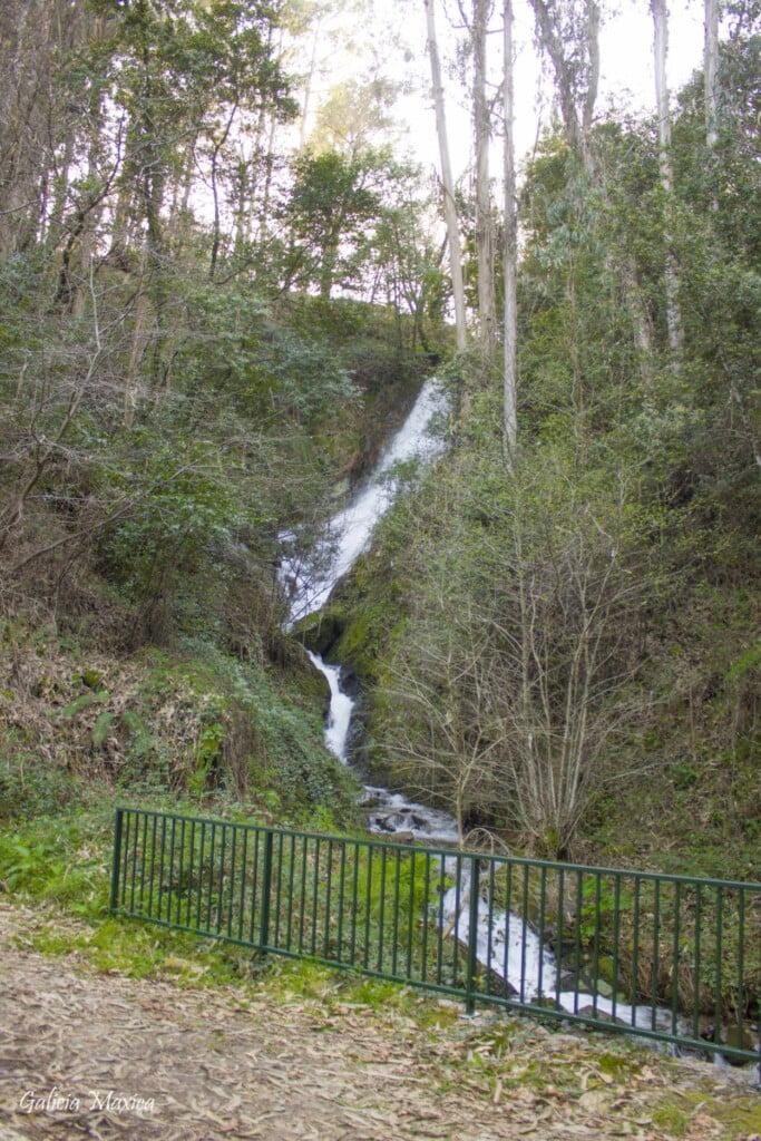 Carretera en la cascada de Chenlo