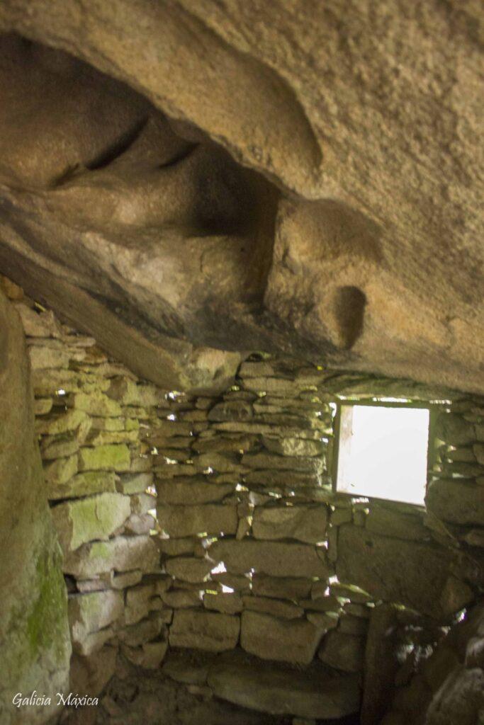 Taffonis en el interior de A Cova da Gafa